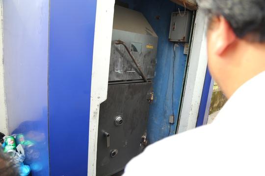 Trộm nung cắt 2 bản lề của két sắt rồi dùng xà beng nậy