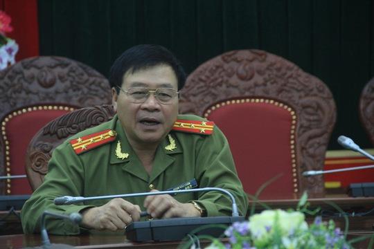 Đại tá Phạm Văn Chẩn công bố thông tin trước báo chí.