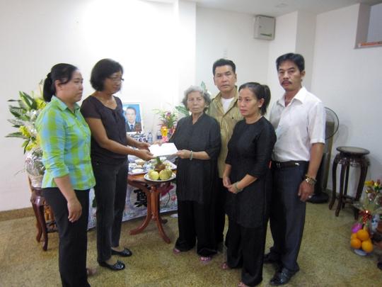 Mẹ của cố diễn viên Đăng Lưu trao tiền cho chị Kim Tước - đại diện của Quỹ Vòng tay nghệ sĩ và đại diện của Ban ái hữu nghệ sĩ TP HCM.