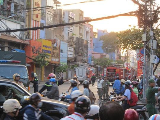 Lực lượng chức năng chặn xe cộ, hướng dẫn lưu thông đường khác để phục vụ cho công tác chữa cháy
