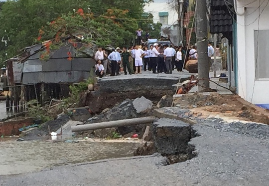 Sạt lở đường Võ Tánh ven bờ sông Cần Thơ (khu vực Yên Thượng, phường Lê Bình, quận Cái Răng) vào ngày 26-5.