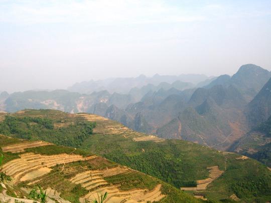 Thay cho lúa vàng của mùa thu, những thửa ruộng bậc thang trên đường vào Lũng Cú tháng 4 là những vạt đất vàng vọt