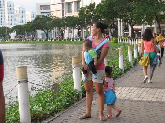 Các bà mẹ ở Việt Nam tốn rất nhiều thời gian và công sức để chăm sóc con cái. Ảnh minh họa: AN