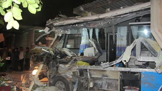Xe khách bị hư hỏng hàon toàn sau vụ tai nạn sáng 9-2