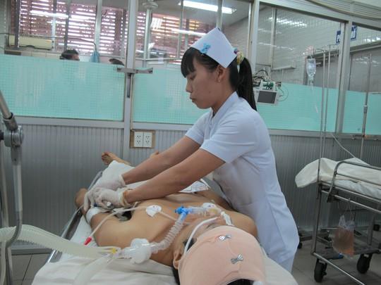 Bác sĩ Khoa Cấp cứu đang chăm sóc cho bệnh nhân