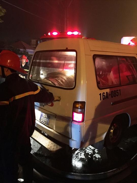 sau khi dạp tắt đám cháy, thi thể nạn nhân được đưa tới bệnh viện phục vụ công tác điều tra