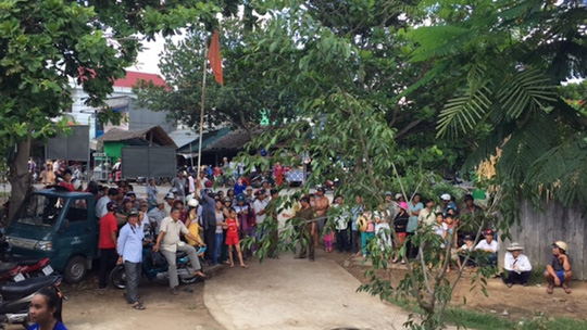 Đông đảo người dân tập trung trước trụ sở Công an xã Trung Thành Tây để xem mặt nghi can