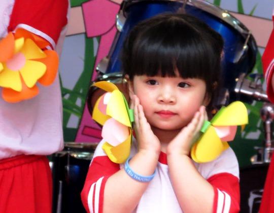 Và dù không cười, cô gái nhỏ vẫn rất xinh xắn trong một bài múa
