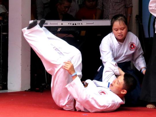 Hai cô cậu bé này đã học Aikido khá lâu, trong đó cậu bé đã lên đến đai nâu tam đẳng, và nuôi ước mơ thành một võ sư