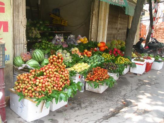 Cửa hàng vải nhà chị Hoàng Thị Yến bán tại chợ Kim Lũ (Hoàng Mai, Hà Nội) có giá bán vải 55.000 đồng/kg. Ảnh: Nguyễn Hưởng