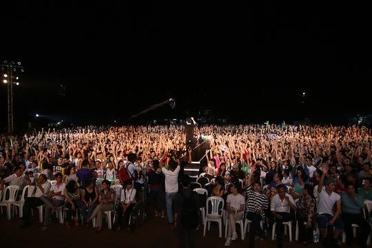 Đông đảo khán giả ủng hộ Hồ Ngọc Hà