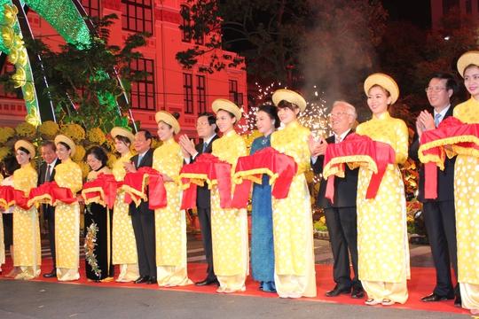 Chủ tịch nước Trương Tấn Sang, Phó Chủ tịch Quốc hội Nguyễn Thị Kim Ngân, Bí thư Thành ủy TP HCM Lê Thanh Hải cắt băng khai mạc đường hoa