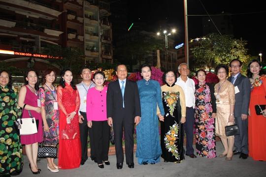 Phó Chủ tịch Quốc hội Nguyễn Thị Kim Ngân (áo dài xanh), Bí thư Thành ủy TP HCM (đứng giữa) chụp hình tại đường hoa