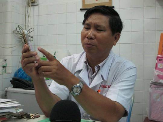 Các bác sĩ phải phẫu thuật vi phẫu dưới kính hiển vi nối từng mạch mạch, dây thần kinh... để cứu tay cho bệnh nhân