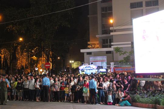 Đường hoa Tết Ất Mùi 2015 đông nghẹt khách tham quan ngày khai mạc