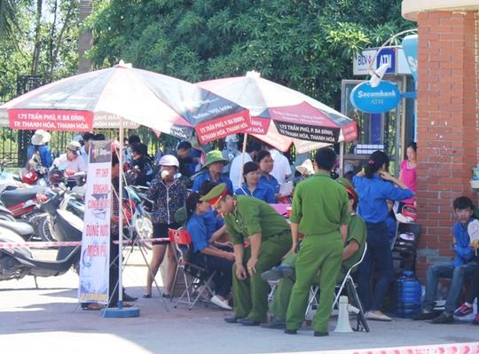 Lực lượng công an và thanh niên tình nguyện cũng căng mình trong nắng nóng để đảm bảo cho kỳ thi được an toàn