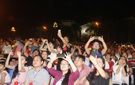 Hàng ngàn người dân và du khách đã kéo về quảng trường Lam Sơn - Thanh Hóa dự buổi lễ