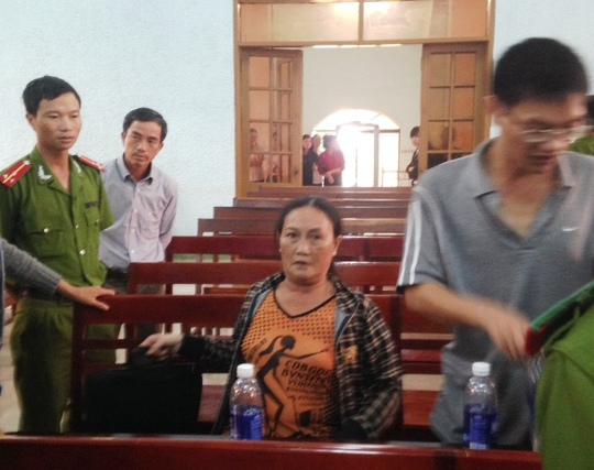 Bà Phùng Thị Kim Oanh (người ngồi) tại phiên tòa ngày 12-8.