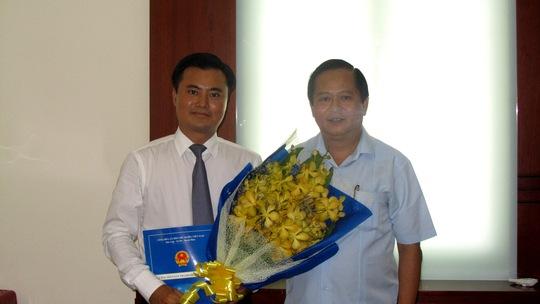 Phó Chủ tịch UBND TP HCM Nguyễn Hữu Tín trao quyết định Giám đốc Sở GTVT TP HCM cho ông Bùi Xuân Cường (trái) sáng nay