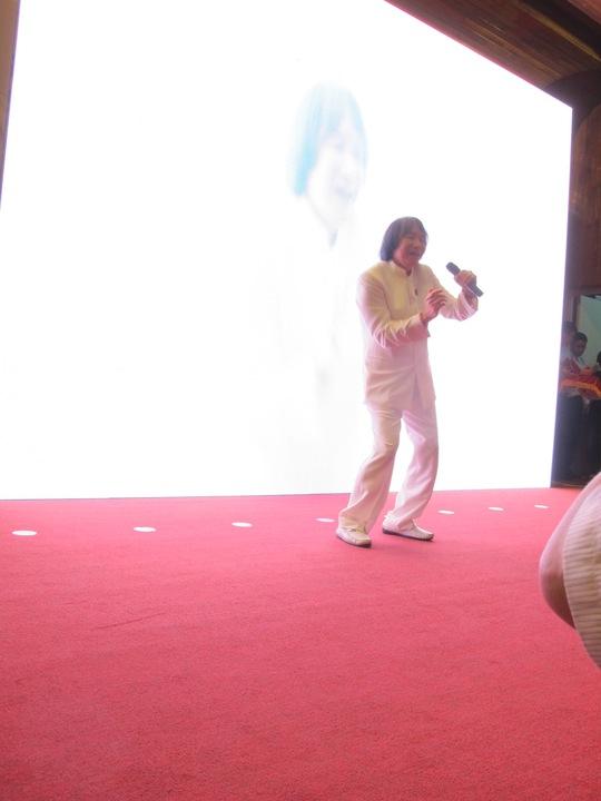 Thể hiện sự năng động, NSƯT Minh Vương đã nhảy bài Con bướm xuân