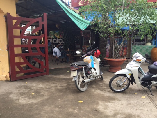 Quán cà phên bên cửa trái đường vào Văn Thánh Miếu Vĩnh Long