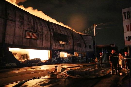 Nhà kho dần dần đổ sập trong biển lửa
