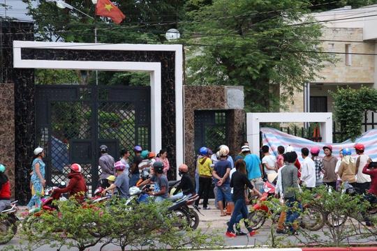 Rất nhiều người dân đứng trước cửa biệt thự có 6 người sát hại đề tìm hiểu vụ việc.