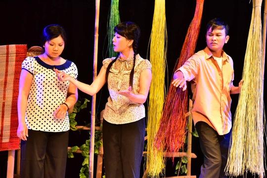 Nghệ sĩ Tú Sương (trái) vai Hai Thương, NSƯT Mỹ Uyên (giữa) vai Ba Mến, NSƯT Hữu Quốc (phải) vai anh chàng đi tìm lá diêu bông, thầm yêu trộm nhớ chị Hai Thương