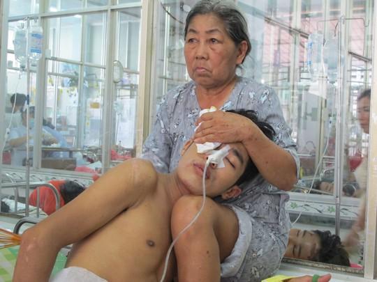 Một người mẹ quê Tiền Giang chăm con bị TNGT tại Khoa Chấn thương Sọ não-Bệnh viện Chợ Rẫy. Ảnh chụp sáng 3-5