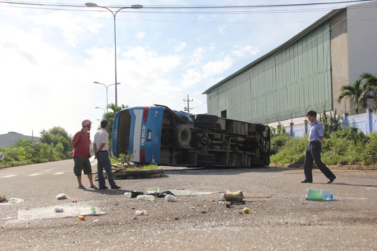 Xe chở công nhân tông nhau, 20 người vào cấp cứu