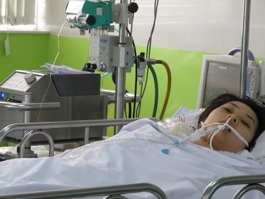 Một nữ bệnh nhân đang được điều trị bằng phương pháp ECMO