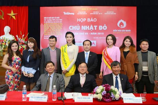 Các người đẹp và Ban Tổ chức cuộc họp báo
