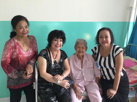 NS Tú Trinh, Mỹ Chi, Kiều Phượng Loan thăm các cụ già khuyết tật tại Trung tâm Thạnh Lộc