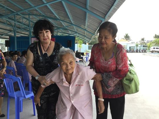 NS Mỹ Chi và Tú Trinh dìu một bà cụ từ trong trại đến hội trường xem văn nghệ