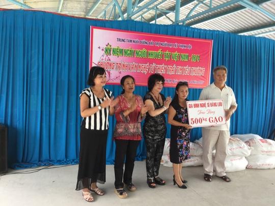 NS Kiều Phượng Loan, Tú Trinh, Mỹ Chi và chị Hội - chị của cố nghệ sĩ hài Đăng Lưu trao 500 ký gạo cho Trung tâm Thạnh Lộc sáng 18-4-15.