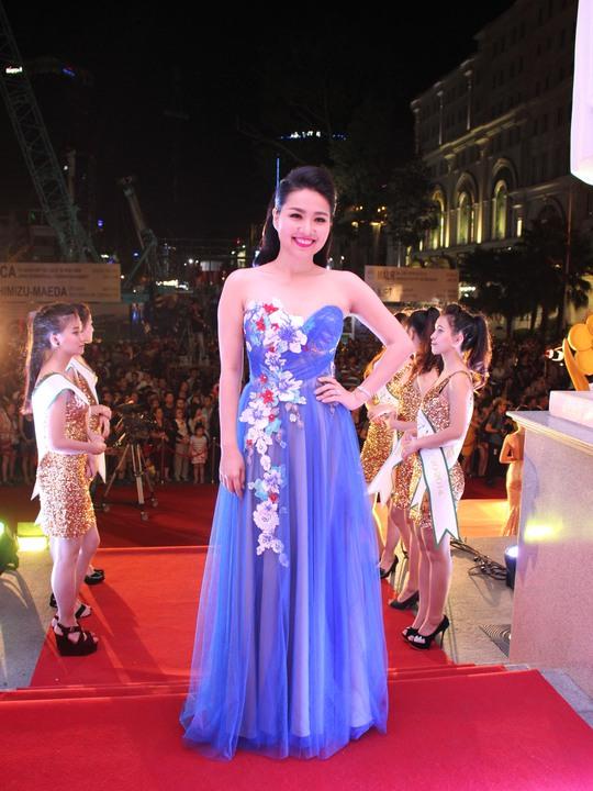 Những trang phục đẹp, độc của sao tại Mai Vàng 2014 - Ảnh 8.