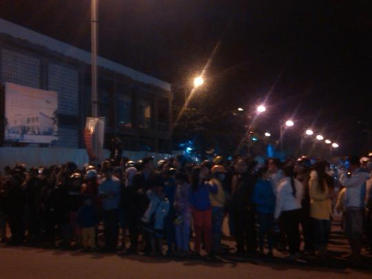 Hàng trăm người dân đã chờ đón ông Nguyễn Bá Thanh tối 9-1 tại sân bay quốc tế Đà nẵng.