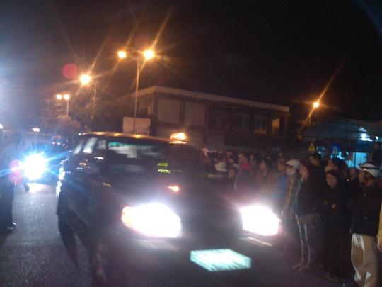 Đoàn xe của lãnh đạo thành phố Đà Nẵng đã ra cổng số 2 tại sân bay sau kkhi đón được ông Nguyễn Bá Thanh