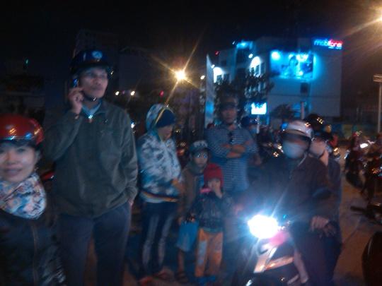 Người dân đứng hai bên đường chờ đón ông Nguyễn Bá Thanh