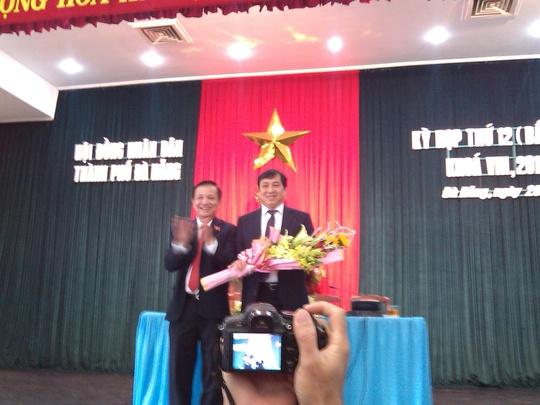 Bí thư Trần Thọ (trái), tặng hoa chúc mừng tân Chủ tịch UBND TP Đà Nẵng Huỳnh Đức Thơ
