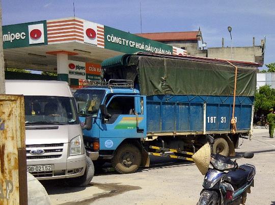 Chiếc xe tải biển Nam Định trượt dài sau cú tông rồi đâm vào xe du lịch 16 chỗ ngồi khiến nhiều người hú vía