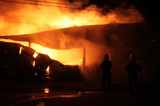 Kho chứa các loại vải vụn dễ cháy nên lửa khói bốc cao bao trùm khu vực