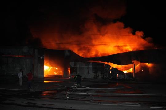 Hiện chưa xác định được nguyên nhân và mức độ thiệt hại nhưng đám cháy bốc cao khiến giao thông và sinh hoạt của người dân trong khu vực rối loạn
