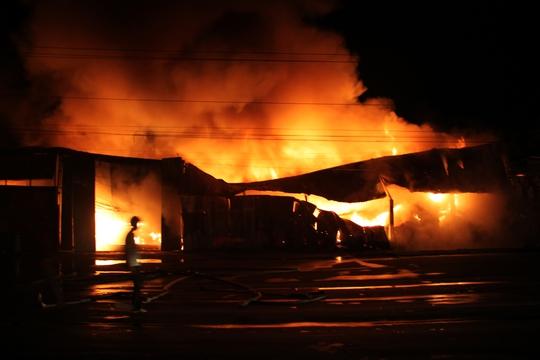 Đám cháy diễn ra trong nhiều giờ liền, đến 23 giờ đêm 13-7 hàng chục cảnh sát vẫn phải túc trực để khống chế hoàn toàn đám cháy