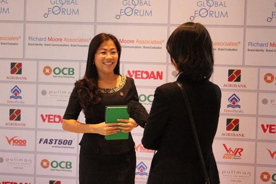 Bà Đoàn Thị Hồng Thơm – Trưởng P.QHCC OCB trả lời phỏng vấn ĐTH tại Hội nghị.