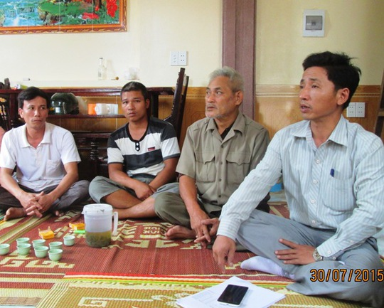Người thân, bà con chòm xóm đang rất lo lắng cho 6 ngư dân mất tích trên tàu cá của anh Đặng Văn Toanh
