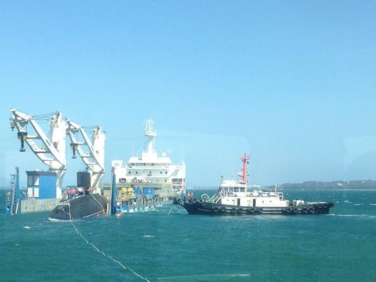 Cận cảnh lai dắt tàu ngầm 185 -Khánh Hòa vào quân cảng