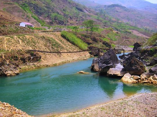 Chạy hết một đoạn đường đèo ngoằn ngèo sẽ được chạm vào làn nước trong vắt của Nho Quế