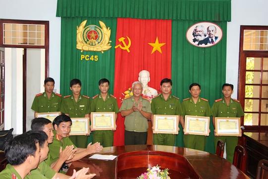 Đại tá Phan Vĩnh Lạc, Phó Giám đốc Công an tỉnh, trao giấy khen của Giám đốc Công an tỉnh cho các đồng chí tham gia phá án.