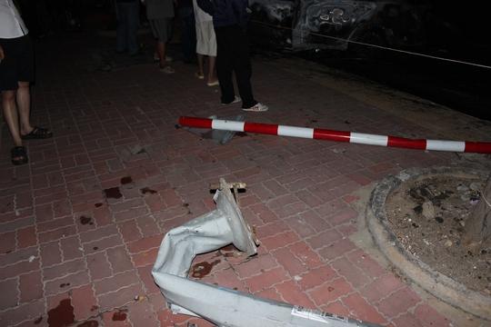 Biển báo giao thông bị tông gãy